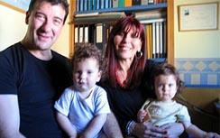 En Barcelona en casa del astrólogo Ismael Gil con sus pequeños hijos.