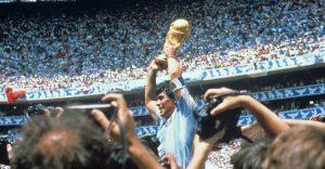 Diego levantando la copa
